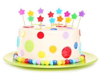 Bunt dekorierter Kindergeburtstags-Kuchen