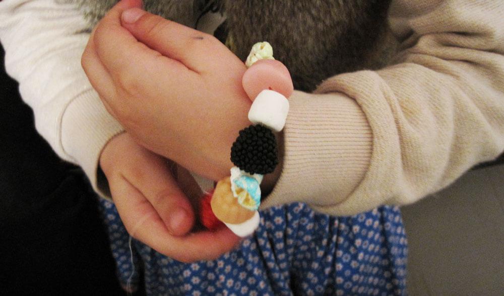 Kind mit Süßigkeiten-Armband