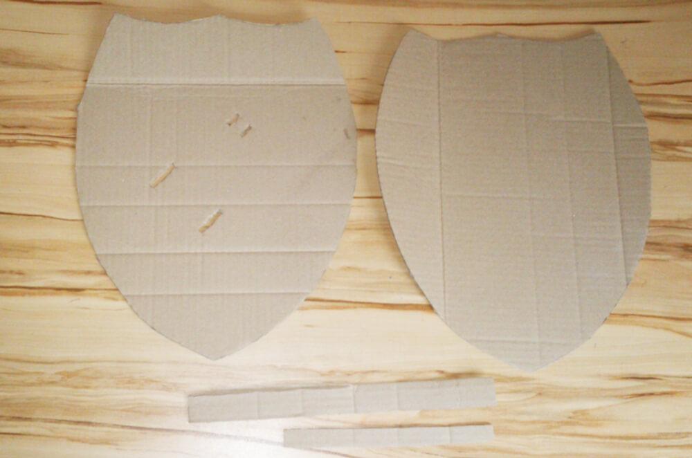 Ausgeschnittene Pappteile eines Ritterschildes