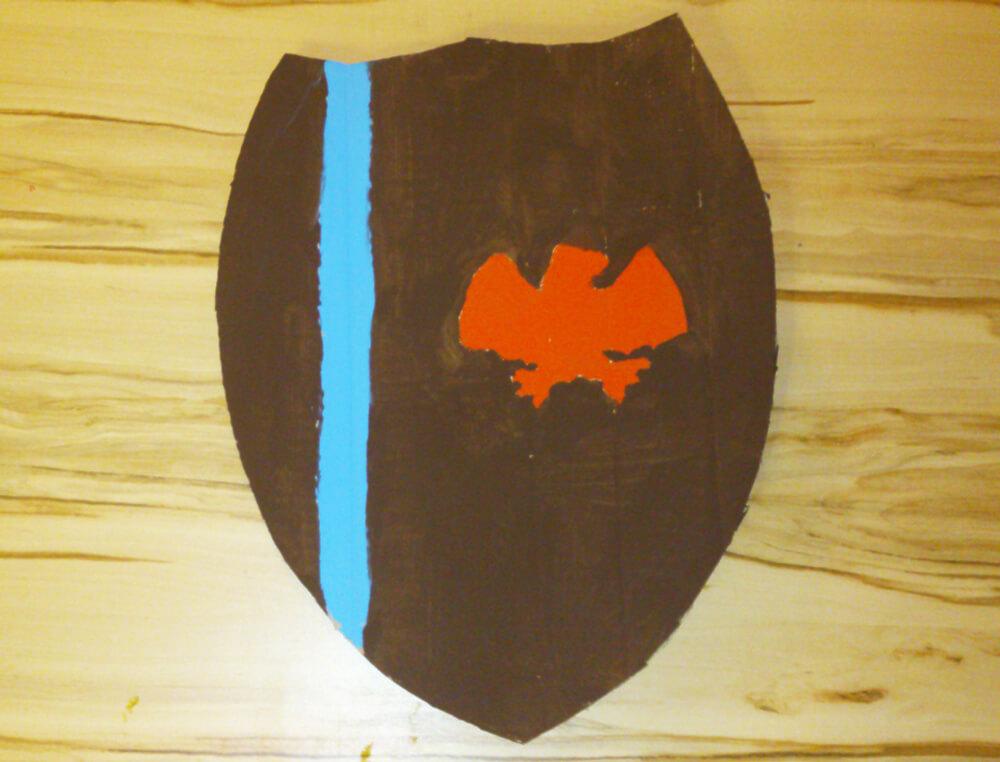 Selbstgebasteltes Ritterschild aus Pappe