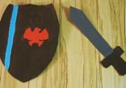 Selbstgebastelte Ritterausrüstung aus Pappe