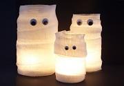 Selbstgebastelte Mumien-Kerzengläser für die Gruselparty