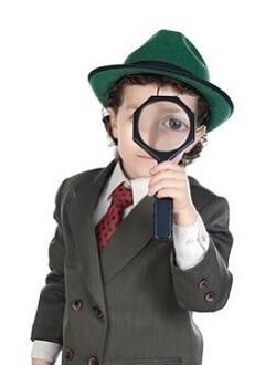 Kind im Detektiv-Kostüm auf einer Geburtstagsparty