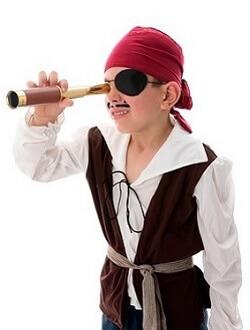 Junge im Piraten-Kostüm auf dem Kindergeburtstag