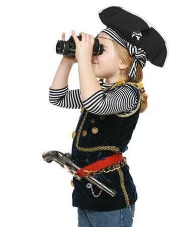 Mädchen mit Piratenparty-Kostüm und Fernglas