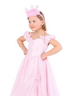 Mädchen in rosafarbener Prinzessinnen-Verkleidung