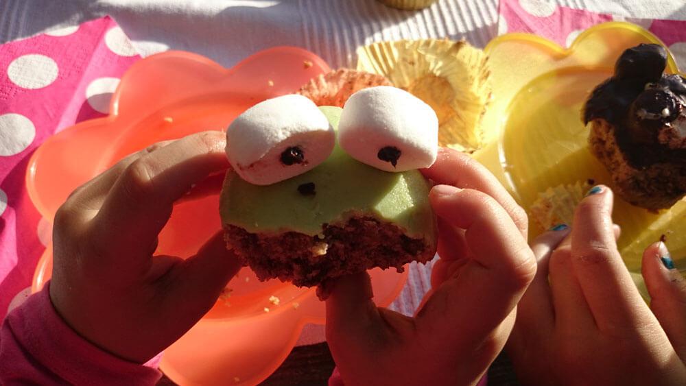 Witzige Tier-Muffins auf dem Geburtstagstisch