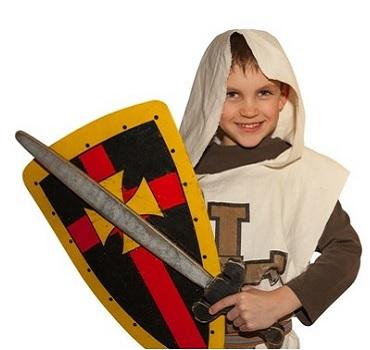 Kleiner Junge in Ritterparty-Verkleidung