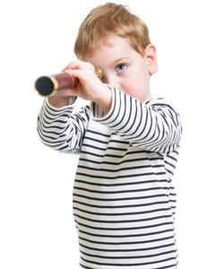 Kleines Kind mit Fernglas auf Schatzsuche