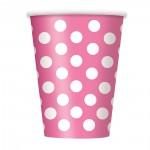 Rosafarbener Pappbecher mit weißen Punkten