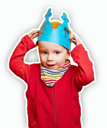 Kind auf Kindergeburtstag mit Krone